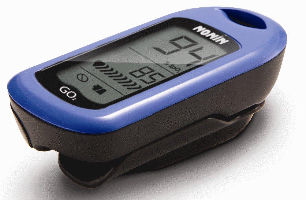 Dimensioni ridotte, garanzia di due anni, monitoraggio della saturazione di ossigeno nel sangue e della frequenza cardiaca di adulti e bambini. Ampio display LCD e incavo per le dita con una portata da 0,8 a 2,5 cm .