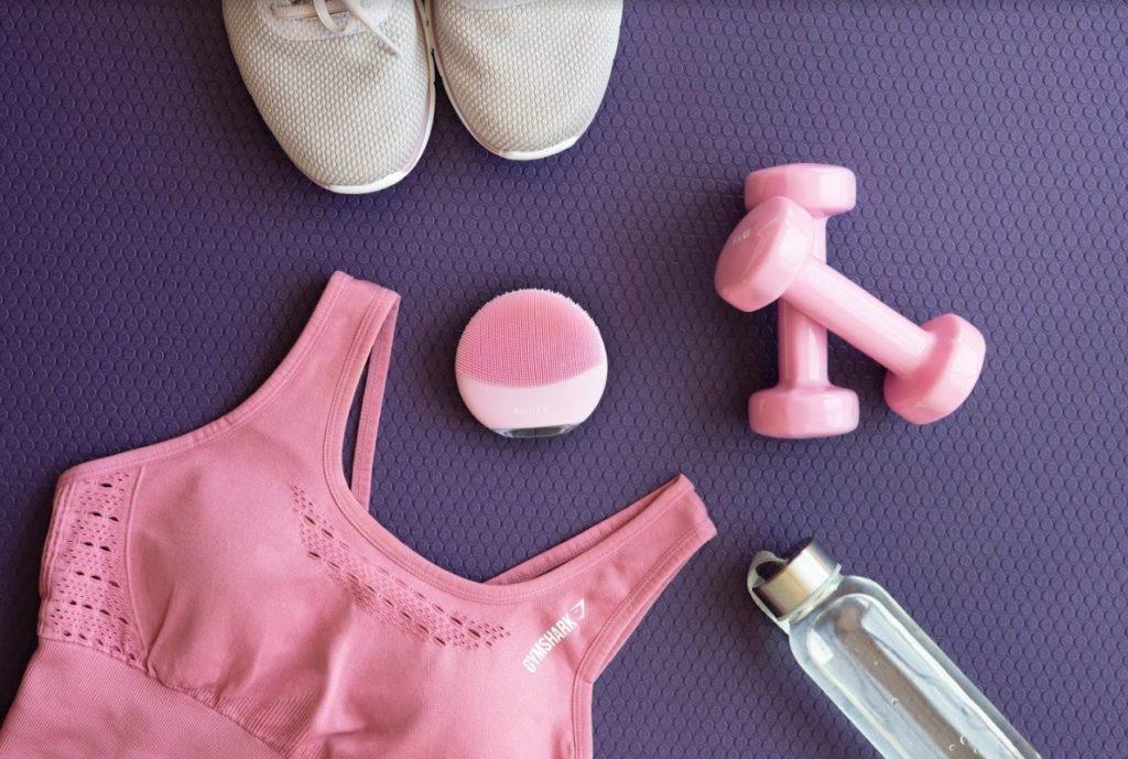 Cura della pelle post allenamento con FOREO LUNA mini 3 Pink, borsa da palestra